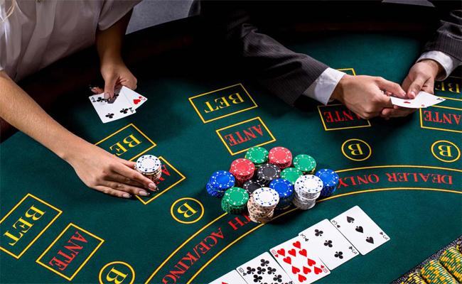 การสับรวมทั้งแจกไพ่ให้กับผู้เล่นบนโต๊ะคาสิโน